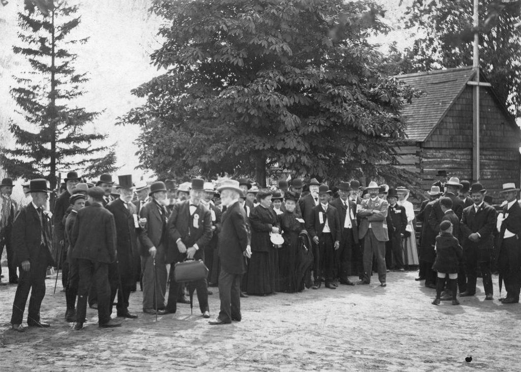1907 - A crowd at the Scadding Cabin during the Exhibition