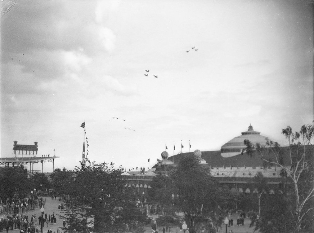 1928 - US Air Squadron in flight at the Exhibition